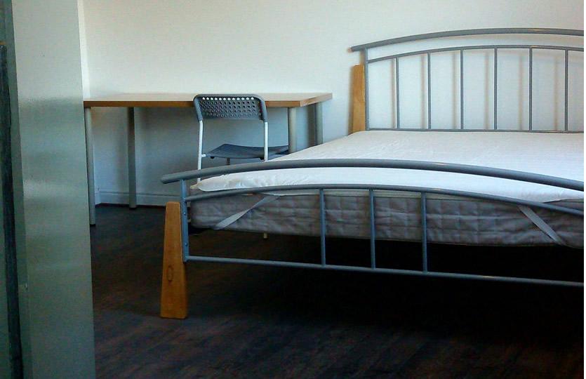 Gran habitación doble trasera de 14 m² con cama doble